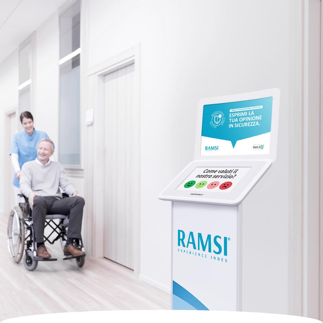 Struttura ospedaliera con totem touch point per la rilevazione del gradimento pazienti in radioterapia